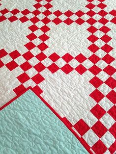 red and white double irish chain with aqua back. White Quilt, Quilt Red, Quilt Galor, Double Irish Chain, Bird Quilt, Red And Aqua Quilt
