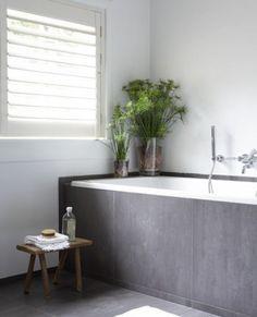 Grote grijze badkamertegels gecombineerd met wit. Door svanloon86