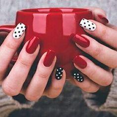 Diseño uñas rojas, negras y blancas con puntos