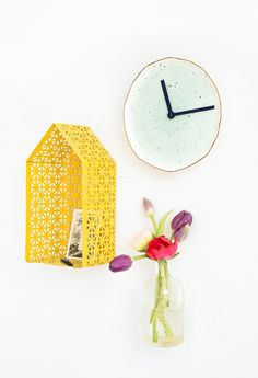 Sharing the most genius DIY plate clock today! With it's beautiful DIY details, this baby will no doubt be a conversation starter.