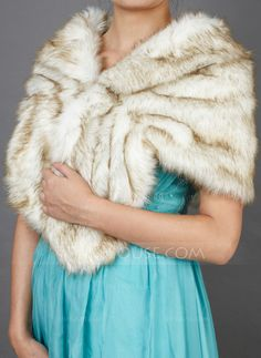 [£24.00] Faux Fur Special Occasion Shawl