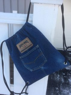 Farkku jumppapussi Jean Backpack, Diy Backpack, Backpack Tutorial, Backpack Pattern, Recycled Fashion, Recycled Denim, Reuse Jeans, Mochila Jeans, Hand Embroidery Patterns Flowers