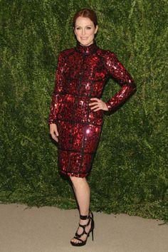La actriz Julianne Moore con un vestido de cóctel de predería en rojo inglés firmado por uno de sus diseñadores fetiche, Tom Ford.