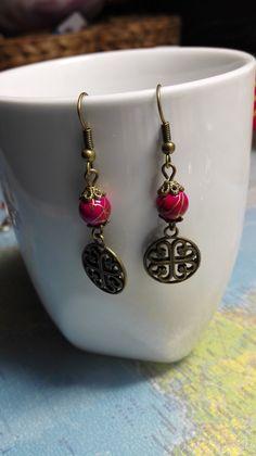 ONCE UPON A TIME Boucles d'oreilles pendantes originale style ancien celtique couleur rose fushia et bronze romantique : Boucles d'oreille par miss-perles
