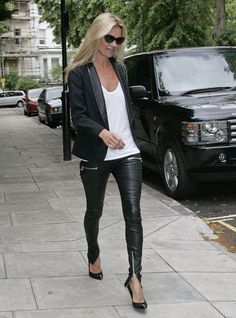 the Archives} You need. a white t-shirt kate moss is bosskate moss is boss Black Leather Pants, Leather Trousers, Leather Leggings, Black Pants, Leather Jacket, Leather Pumps, White Leather, Estilo Kate Moss, Plain White T Shirt