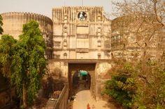 Die indische Stadt Ahmedabad wurde im 15. Jahrhundert am östlichen Ufer des Sabarmati gegründet und weist noch heute ein reiches architektonisches Erbe aus der Zeit auf, darunter die Zitadelle von Badhra sowie die Mauern und Tore der befestigten Stadt.