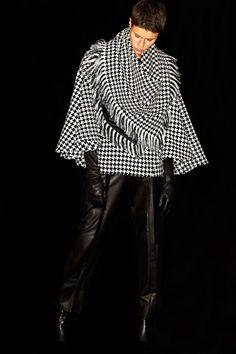 Barbara Bui Pre-Fall 2019 Fashion Show Collection: See the complete Barbara Bui Pre-Fall 2019 collection. Look 17 Urban Fashion Trends, Spring Fashion Trends, 80s Fashion, Autumn Fashion, Womens Fashion, Fashion Brands, Chanel Style Jacket, Royal Clothing, Poncho