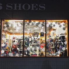 . . . . . #shoes #SimonsShoes #instashoes #winter #whitechristmas #winterwonderland #shopping #coolidgecorner #windowdisplay #window #snow #snowflakes #brookline #boston #storefront #shopsmall