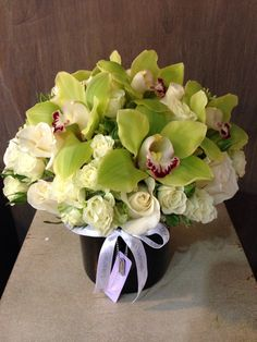 arreglo floral con rosas y Orquideas