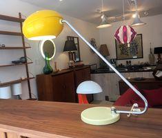 """Lampe de table Vintage - abat-jour jaune en métal 275$ 24"""" x 9"""" x 22""""H"""