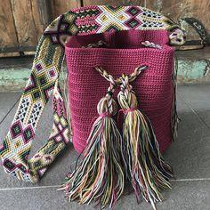 DESCRIPCION Este hermoso Morral tejido a mano por Artesanos Mexicanos en zona Maya, es unico y diseño exclusivo de Otomiartesanal, quien para su creación se ha inspirado en la idea original de la bella bolsa Wayuu de Colombia y Venezuela. El increíble diseño del Tejido de su Asa es Tapestry Bag, Tapestry Crochet, Inkle Weaving, Hippie Bags, Crochet Handbags, Mini Purse, Embroidery Techniques, Diy Crochet, Yarn Crafts