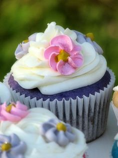 Big Bears Wife: Pastel Flower Cupcakes