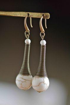 Boucles d'oreilles cône ressort bronze et perles de magnésite du kentucky : Boucles d'oreille par baboochka