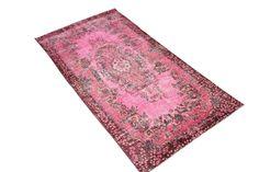 Dit Recoloured Perzisch tapijt is 30 tot 80 jaar oud. Het vloerkleed wordt eerst geschoren en daarna ontdaan van de meeste kleuren. Vervolgens wordt het vloerkleed in een kleurenbad gelegd en krijgt het een nieuwe kleur hierdoor past het zowel in een modern, stoer als naturel interieur. De kleden zijn niet versleten, door het scheren krijgt het … Read more →