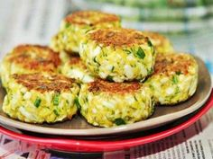 Вкуснотища необыкновенная! Ингредиенты: Яйца куриные варёные — 6 шт. Лук зелёный — 1 пучок Манная крупа — 2 ст.л. Мука — 1 ст.л. Сметана — 1 ст.л. Укроп — 1 пучок Масло растительное для жарки — 2 ст.л. Соль — по вкусу Приготовление: Варёные яйца натираем на крупной тёрке в глубокую миску. Туда же кладём […]
