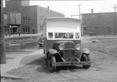Voiture à frites stationnée au coin des rues Bordeaux et Ontario. 5 mai 1947,VM94,Z386-2