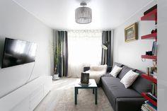 Двухкомнатная квартира в хрущёвке на «Международной» с аккуратным интерьером, простой мебелью и необычными напольными вазами