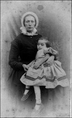 Victorian post mortem photography may seem strange, but for some families it was… Photo Post Mortem, Post Mortem Pictures, Louis Daguerre, Old Pictures, Old Photos, Vintage Photos, Victorian Photos, Victorian Era, Post Mortem Photography