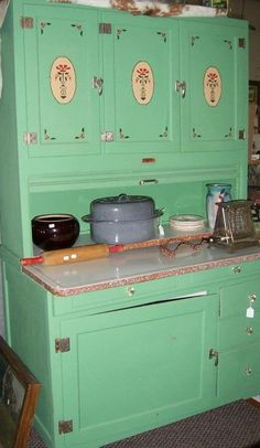 19 Antique White Kitchen Cabinets Ideas with Picture [BEST] Vintage Kitchen Cabinets, Green Kitchen Cabinets, Old Kitchen, 1930s Kitchen, Kitchen Queen, Pine Kitchen, Kitchen Stuff, Kitchen Furniture, Kitchen Decor