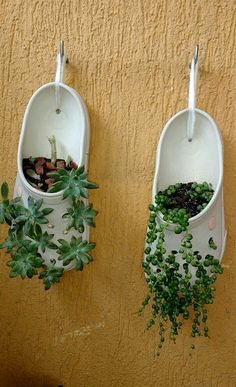 A simple idea to have plants and a small garden ! A simple idea to have plants and a small garden ! Diy Garden Projects, Garden Crafts, Garden Art, Garden Ideas, Easy Garden, Plant Crafts, Pallet Projects, Garden Planters, Succulents Garden