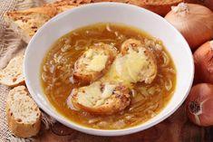 Zupa cebulowa z grzankami - przepis na francuską zupę cebulową - Beszamel.se.pl Onion Soup Recipes, Onion Soup Mix, Easy Soup Recipes, Chili Recipes, Slow Cooker Recipes, Healthy Recipes, Knoephla Soup, Masterchef, Zuppa Toscana