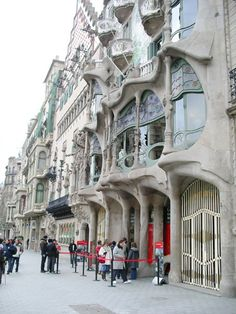 Illa de la Discòrdia, with Gaudí's Casa Battó in Barcelona. Click to read more about the architecture and arts of Barcelona (top 10+ famous sights).