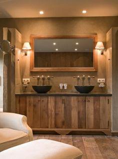 mooie kleur wand voor bij het houten badmeubel en vloer.