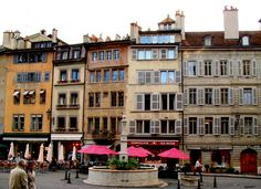 A tan solo unos metros de la Catedral encontramos el punto de reunión de Ginebra: la Place du Bourg-de-Four, cuyo mercado ha sido relevante desde el siglo IX. Hoy en día podemos disfrutar de sus puestos, de los edificios que la rodean, de la fuente y de las múltiples terrazas en las que sentarse a tomar algo y disfrutar de las vistas...