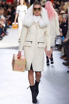 Coleção // Louis Vuitton, Paris, Inverno 2016 RTW // Foto 9 // Desfiles // FFW