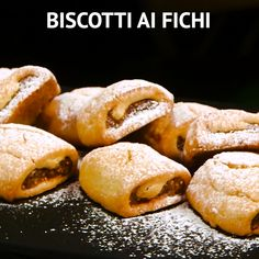 Biscotti ai fichiBISCUITS AI FICHI are rustic biscuits, with a delicious fig-based filling, with an unmistakable sugary taste that only this fruit can give. Perfect for breakfast or for a tasty coffee break! Italian Cookies, Italian Desserts, Italian Recipes, Dessert Biscuits, Fun Easy Recipes, Easy Meals, Cookie Recipes, Dessert Recipes, Gastronomia