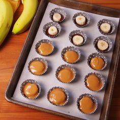 Chocolate, Peanut Butter & Banana Bites Who knew chocolate and peanut butter could get any better? This easy dessert/snack will keep you full and satisfied until dinner. Vegan Desserts, Easy Desserts, Delicious Desserts, Dessert Recipes, Yummy Food, Dinner Recipes, Tasty, Peanut Butter Banana, Chocolate Peanut Butter