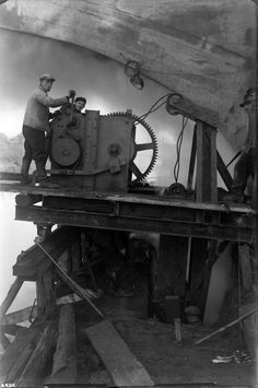 Rammen einer Spundwand/MLK. Der fertige MLK erhält eine Dammverstärkung. Das Bild zeigt das Rammen einer Spundwand unter der Kutenhauser-Straßenbrücke (Brücke Nr. 143) in Minden. Aufnahme aus dem Jahr 1932.