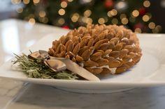 Deliciosa y sencilla botana en forma de piña navideña, sorprende a tus invitados esta Navidad con una botana irresistible.