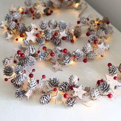 Guirlande lumineuse en cône de pin étoiles et baies rouges par Clem & Co | notonthehighstreet.com