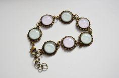 Bracelet style bronze antique avec cabochons couleurs pastel.  Miam !