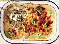 Tuna-aartappelgebak Vir 'n vleiserige variasie kan jy die tuna met gekapte spekvleis vervang. Bestanddele 3 blikkies g elk) tuna 6 groot aartappels 60 g botter 1 rooi-ui, fyn gekap 2 knoffelhuisies, fyn gekap sout en peper na smaak 45 ml. Tuna Dishes, Fish Dishes, Seafood Dishes, Savoury Dishes, Tuna Recipes, Seafood Recipes, Whole Food Recipes, Cooking Recipes, Recipies