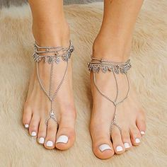 28 this hack makes a french manicure looks incredible on short nails 36 Bridal Pedicure, Pink Pedicure, Pedicure Ideas, Pretty Nail Designs, Toe Nail Designs, Sparkle French Manicure, Lilac Nails, Ankle Jewelry, Bare Foot Sandals