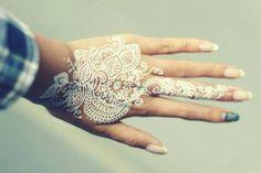 White henna tattoos are so beautiful Henna Tattoos, Mehndi Tattoo, Mehndi Art, Henna Mehndi, Henna Art, Mehendi, Hand Henna, Body Art Tattoos, Cool Tattoos