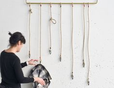 GARRUCHO hanger - DVELAS. Hangers made with recovered bronze karabiners which are knotted to hemp ropes. Exclusive productions rigged by hand, using a series of different sail cringles and bright-coloured threads.