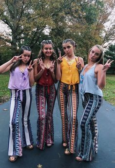 35 Cutest, Craziest & Coolest Group Halloween Costumes for your Girl Squad - Hike n Dip Check out best Group Halloween costumes idea that'll make your girl squad shine like never before. Flaunt your friendship with these Group Halloween Outfits Halloween Costume Teenage Girl, Cute Group Halloween Costumes, Halloween Outfits, Diy Halloween, Halloween College, Hippie Halloween Costumes, Diy Hippie Costume, Girl Group Halloween Costumes, Couple Halloween