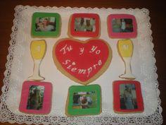 Galletas para celebrar su Aniversario!    Unas con foto comestible de él y su chica, y otras decoradas! Unas en forma de copas con sus iniciales, y un gran corazón con un mensaje!   Enhorabuena chicos!