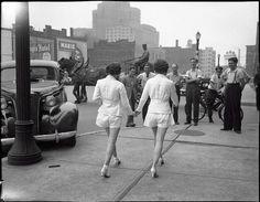 Dos mujeres muestran sus piernas desnudas por primera vez en Toronto. [1937]