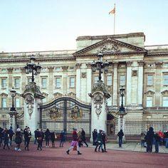 Bi Topkapı Sarayı değil yani  #London #Londres #Londra #Londrina #LondonCity #England #Britain #UnitedKingdom #Royal #Buckingham #BuckinghamPalace #City #CityScape #CityLife #RoyalPalace #Queen #QueenOfEngland by insomniaczzz