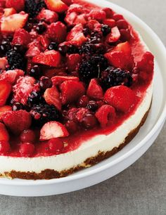 Light cheesecake with Lotus Biscoff and red fruit Light Cheesecake, Fruit Cheesecake, Fruit Crush, Easy Summer Desserts, Baking Tins, Red Fruit, Appetisers, Fabulous Foods, Cakes And More