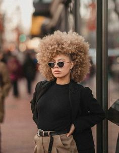 The right actions to style your curly hair To have curly hair naturally there are some golden rules. Wash your hair gently so as not to dry the scalp, and detangle after applying a conditioner. Blonde Afro, Big Hair, Your Hair, Curly Hair Styles, Natural Hair Styles, Blonde Natural Hair, Pelo Afro, Natural Hair Inspiration, Afro Hairstyles