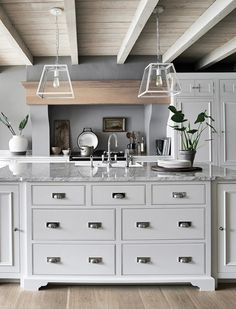Traditional country kitchens are a design option that is often referred to as being timeless. Over the years, many people have found a traditional country kitchen design is just what they desire so they feel more at home in their kitchen. Kitchen Interior, Classy Kitchen, Kitchen Room, Kitchen Remodel, New Kitchen, Kitchen Handles, Country Kitchen, Kitchen Diner, Kitchen Extension