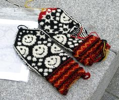 Mittens with a smile Double Knitting Patterns, Knitted Mittens Pattern, Knitting Charts, Knit Mittens, Knitted Gloves, Knitting Socks, Baby Knitting, Wrist Warmers, Hand Warmers