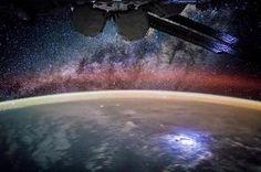 Maan yöpuoli ISS-avaruusasemalta kuvattuna. Avaruuasema kiertää Maan ympäri 16 kertaa päivässä.