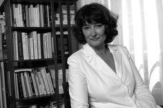 Sylviane Agacinski (1945) filósofa, feminista y escritora francesa de origen polaco. Fue discípula de Gilles Deleuze en la década de 1960 en Lyon y miembro de Greph en los 70. Su trabajo se relaciona con los filósofos de la deconstrucción como Jacques Derrida oJean-Luc Nancy. Agacinski se identifica con el diferencialismo, una rama importante del feminismo francés, el cual argumenta que la condición humana no puede ser entendida de manera universal sin una referencia hacia ambos sexos.