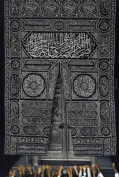 Kaaba Door Prayers by hosain Daghriri / Mecca Mosque, Mecca Islam, Mecca Kaaba, Islam Muslim, Muslim Images, Islamic Images, Islamic Pictures, Muslim Pictures, Islamic Wallpaper Hd
